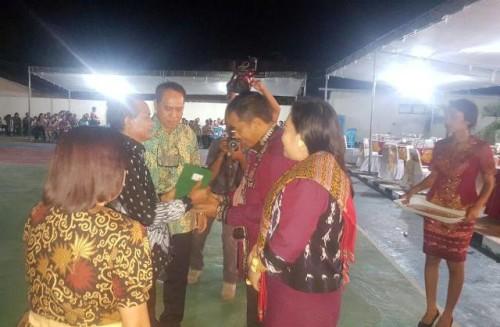 Bupati dan Wakil Bupati Malaka memberikan penghergaan kepada mantan Kapolres Belu.