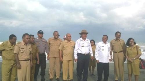 Bupati dan Wabup Malaka pose bersama jajarannya di Pantai Raihenek.