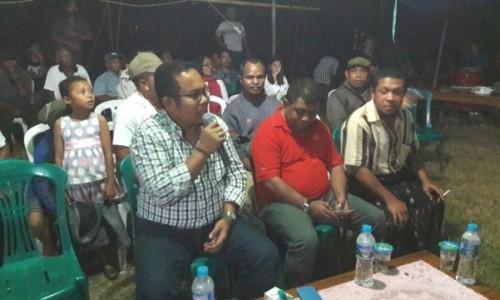 Anggota DPR RI, Honing Sanny menjawab pertanyaan warga Mabar dalam RDP.