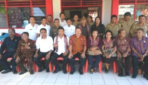 Komisi I pose dengan camat di Minahasa.