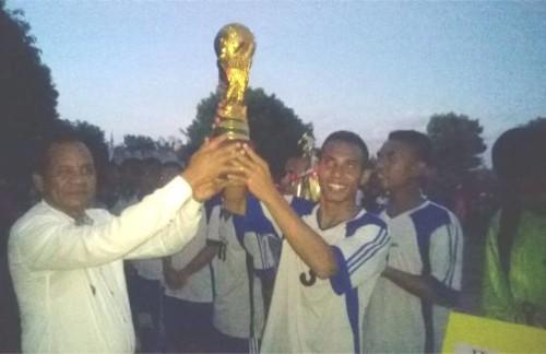 Wabup Malaka, Daniel Asa serahkan piala kepada tim Fajar Timur FC.
