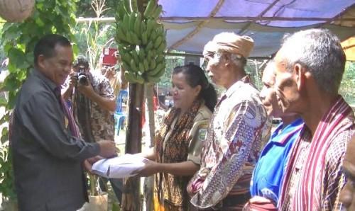 Wabup Malaka, Daniel Asa serahkan bantuan kepada masyarakat Babulu.