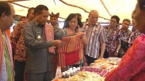 Wabup Malaka, Daniel Asa melihat hasil kerajinan masyarakat Babulu Selatan.