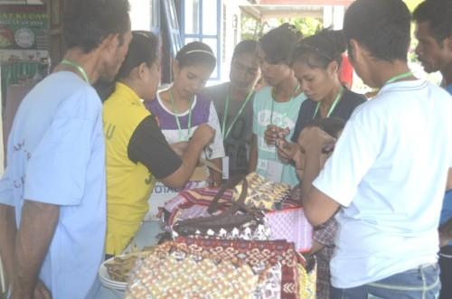 Warga Silawan dilatih mengolah sampah menjadi berbagai macam produk kerajinan.