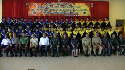 Bupati Malaka, Sekda Belu, jajaran TNI dan Kepolisian pose bersama lulusan STISIP Fajar Timur Atambua.