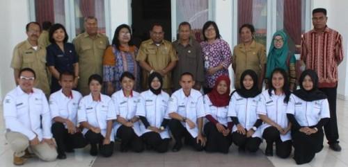 Tenaga kesehatan dari TNS pose bersama Sekda Kabupaten Kupang dan jajarannya.