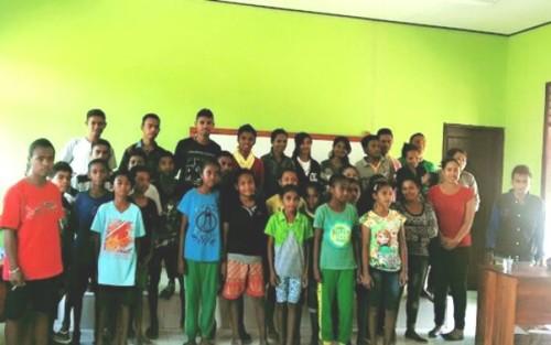 Mahasiswa pose bersama siswa SMPN Badarai.