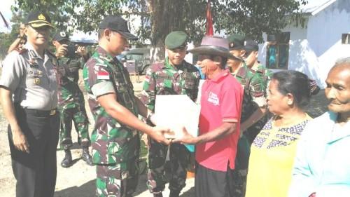 Dansatgas serahkan bantuan sembako kepada warga Tulakadi.