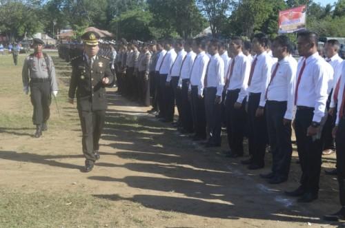 Kapolres Belu periksa pasukan pada upacara HUT ke-70 Bhayangkara.