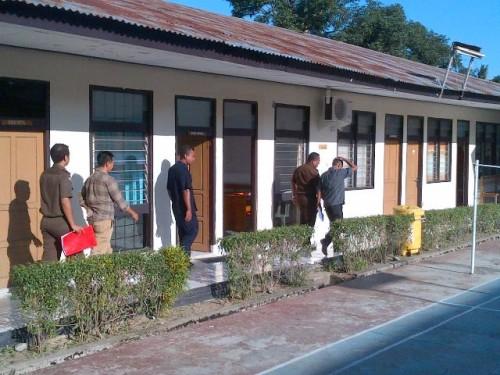 Kadis DKP Belu dan satu rekanan ketika berada di kantor Kejari Atambua, usai menjalani pemeriksaan kesehatan di RST Atambua.