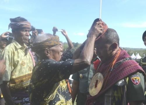 Raja atau Nai Tohe menyematkan destar kebesaran kepada Pangdam Udayana.