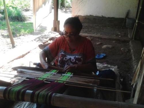 Tampak salah satu ibu di Asmanulea sedang menenun.