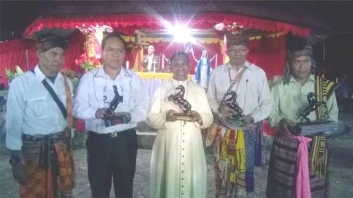 Bupati Malaka, Stefanus Bria Seran, Bupati TTS, Paul Mella, Uskup Atambua menerima cenderamata dari pihak Istana Bana.