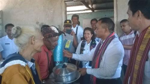 Tampak Wabup Malaka bersama istri dan mantan Kadis Sosial Malaka menyerahkan bantuan kepada korban kebakaran dan Lansia.