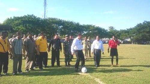 Bupati Malaka menendang bola tanda turnamen Bupati Malaka Cup I dimulai.