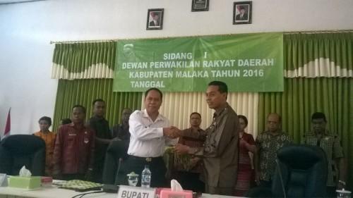 Bupati Malaka serahkan pin kejar WTP kepada Wakil Ketua DPRD Malaka.