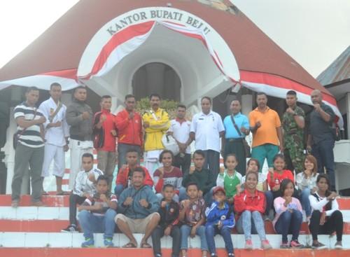Sekda Belu pose bersama para peserta Kejurda Inkai di Labuan Bajo.