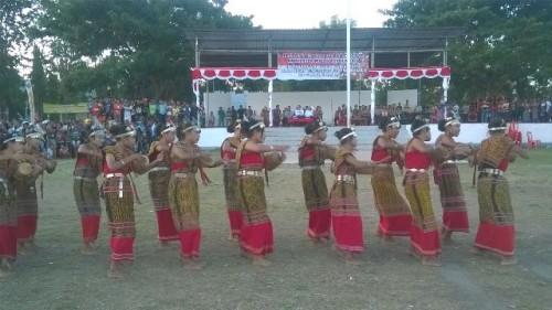 Peserta Festival Budaya Malaka sedang mempertunjukan tarian Likurai.