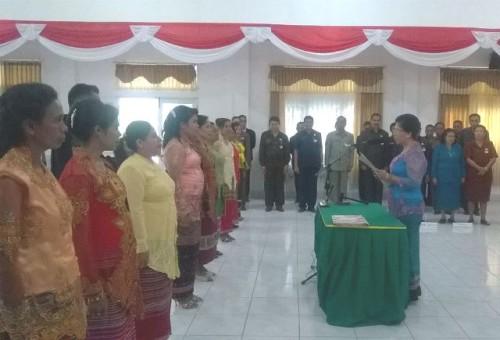 Ketua TP PKK Malaka melantik istri para camat sebagai Ketua TP PKK Kecamatan.