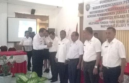 Bupati Malaka sematkan Pin kejar WTP kepada Wabup Malaka, Sekda, Inspektorat dan Camat.
