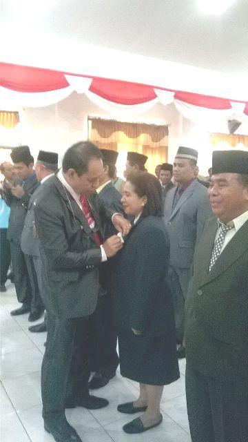 Bupati Malaka, sematkan pin kejar WTP kepada pejabat eselon dua, yang telah dilantik.