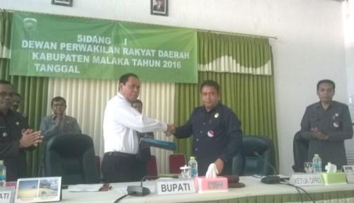Bupati Malaka terima Perda RPJMD dari Ketua DPRD Malaka usai ditetapkan.
