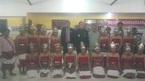 Bupati dan Waket DPRD Malaka poses bersama para penari.
