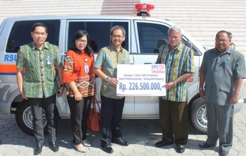 Pimpinan BRI menyerahkan bantuan ambulance untuk RSUD Naibonat, yang diterima Bupati Kupang.