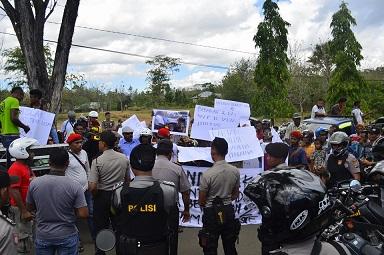 Warga Belu demo agen Konsul Timor Leste di Atambua.