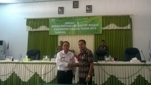 Bupati dan Wakil Ketua DPRD Malaka bersalaman.