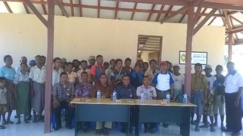 Kepala Dinas Nakertrans Malaka pose bersama warga translok.