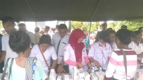 Warga mengikuti pengobatan gratis dari TNI.