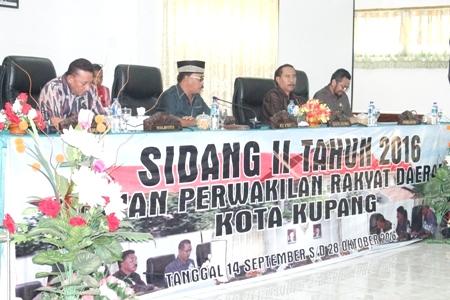 Wali Kota Kupang mengikuti sidang DPRD Kota Kupang.