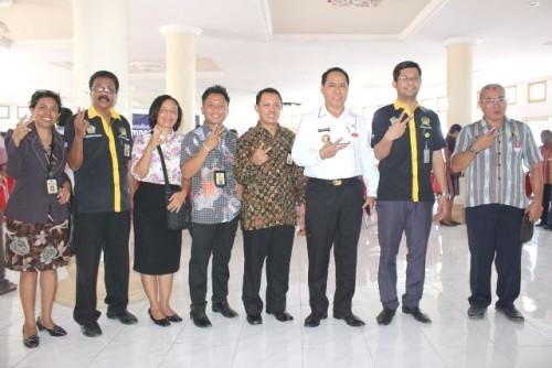 Bupati Malaka dan jajaran Pajak KPP Atambua pose bersama.