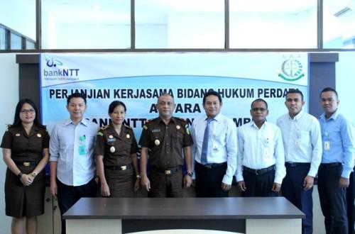 Jajaran Bank NTT Cabang Atambua pose bersama Kajari Belu dan jajarannya,