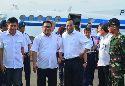 Menhub bersama Ketua Komisi V DPR RI dan Bupati Belu di Bandara Haliwen.