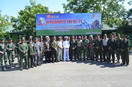 Pose bersama jajaran TNI usai upacara HUT ke-71 TNI di Atambua.