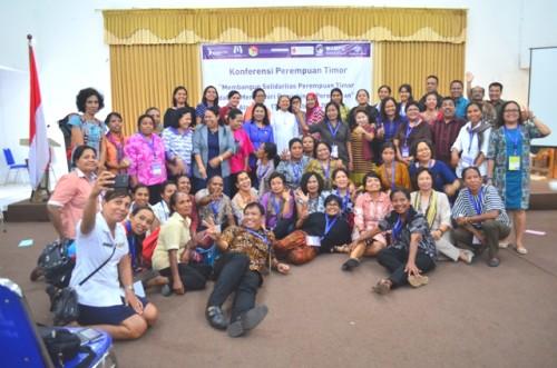 Peserta Koferensi Perempuan Timor di Atambua pose bersama.