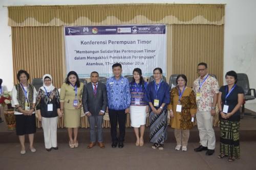 Bupati Belu pose bersama peserta Konferensi Perempuan Timor.