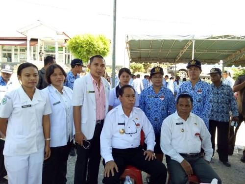 Bupati dan Wabup Malaka pose bersama tim medis dalam pengobatan Filaria di Malaka
