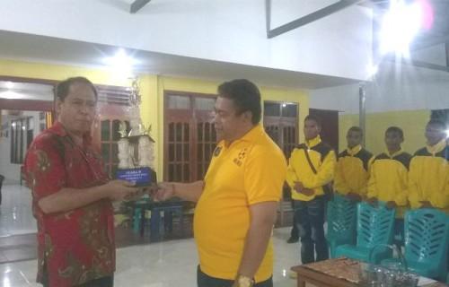 Bupati Malaka menerima piala runner up dari Ketua PSSI Malaka.