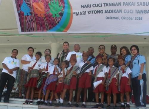 Bupati Kupang dan jajarannya serta murid SD pose bersama di Hari Cuci Tangan se-dunia di Kabupaten Kupang.