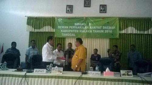 Ketua DPRD Malaka menyerahkan dokumen kepada Bupati Malaka.