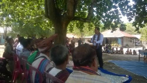 Bupati Malaka memberikan sambutan saat berada di Wekmurak.