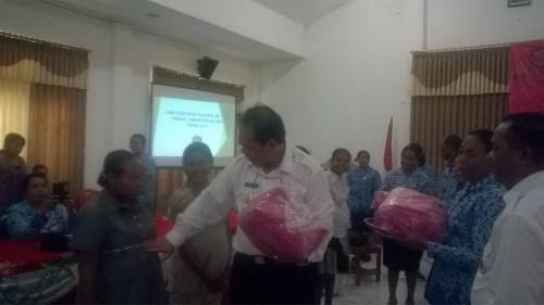 Bupati Malaka menyerahkan bingkisan bagi ibu hamil, pada peringatan HKN.