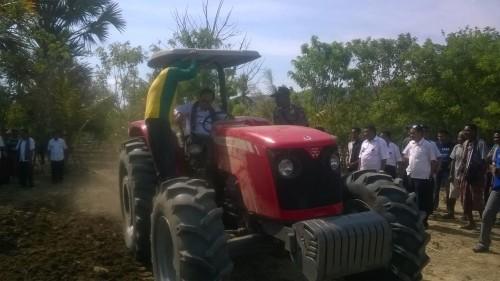 Bupati Malaka kemudikan traktor untuk mengolah lahan pertanian di Wekmurak.