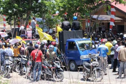 Massa Sahabat demo di KPU Kota Kupang.
