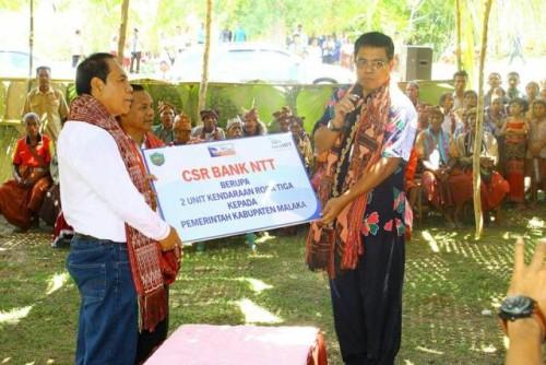 Direktur Pemasaran Bank NTT menyerahkan bantuan secara simbolis kepada Pemda Malaka.