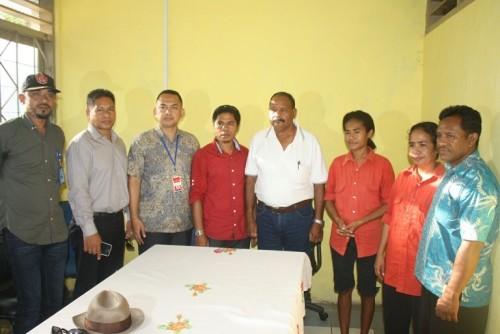 Kedua ibu berbaju merah  dari Belu, Indonesia, dibebaskan pihak Timor Leste.