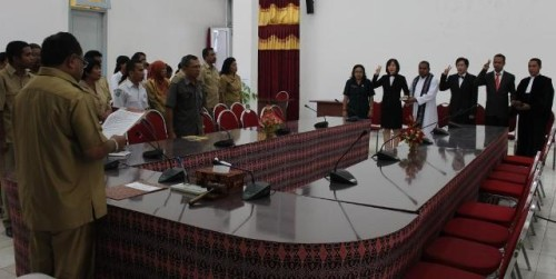 Sekda Kabupaten Kupang, Hendrik Paut lantik empat kepala Puskesmas.